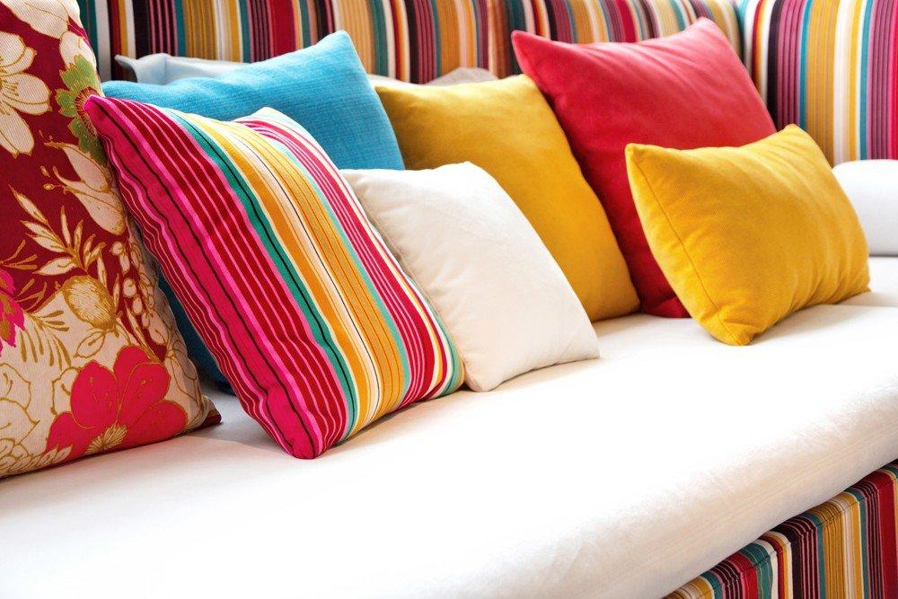 Dica de decoração barata para leigos Almofadas coloridas